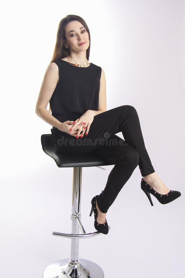 逗人喜爱的女商人坐椅子 免版税库存照片