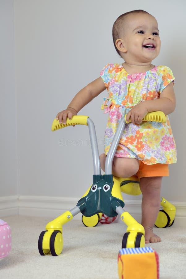 逗人喜爱的女婴和自行车 免版税库存图片