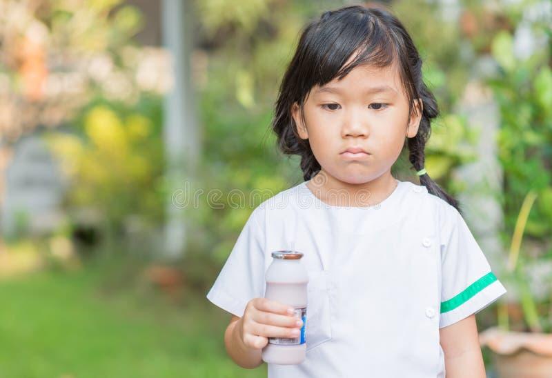 Download 逗人喜爱的女学生乏味牛奶 库存照片. 图片 包括有 表达式, 健康, 女孩, 纵向, 少许, 孩子, 聚会所 - 62535416