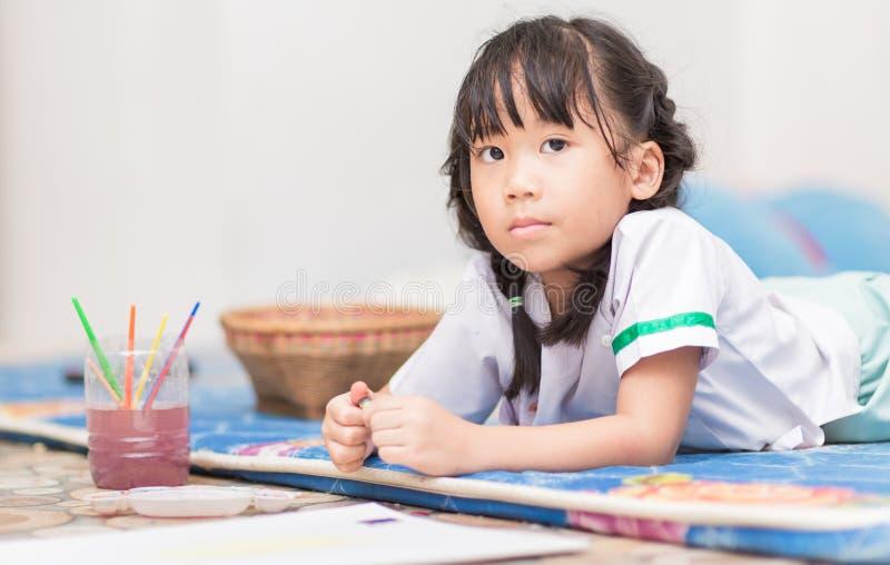 Download 逗人喜爱的女学生享用绘颜色 库存图片. 图片 包括有 教育, 学校, 艺术, 油漆刷, 创造性, 油漆, 绘画 - 62535425