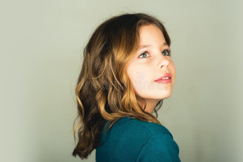 逗人喜爱的女孩一点 孩子儿童女孩时尚的画象 图库摄影