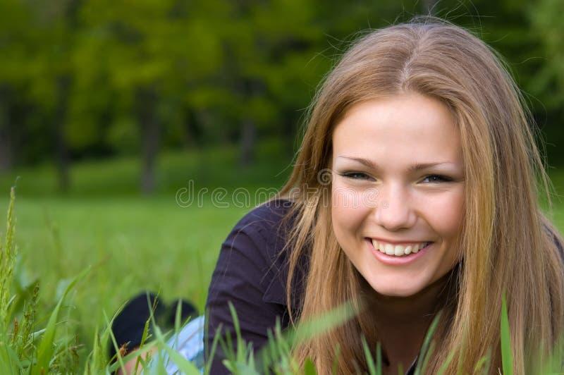 逗人喜爱的女孩位于的草甸 免版税库存图片