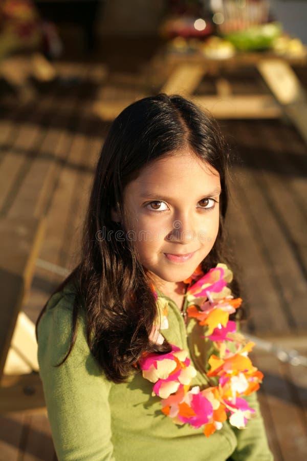逗人喜爱的女孩印第安微笑 免版税库存图片
