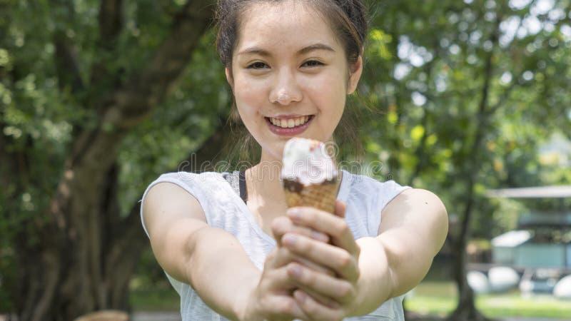 逗人喜爱的女孩去掉在关闭的冰淇淋可口面孔的感觉 图库摄影