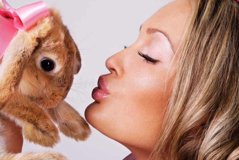 逗人喜爱的女孩可爱的兔子 免版税库存照片