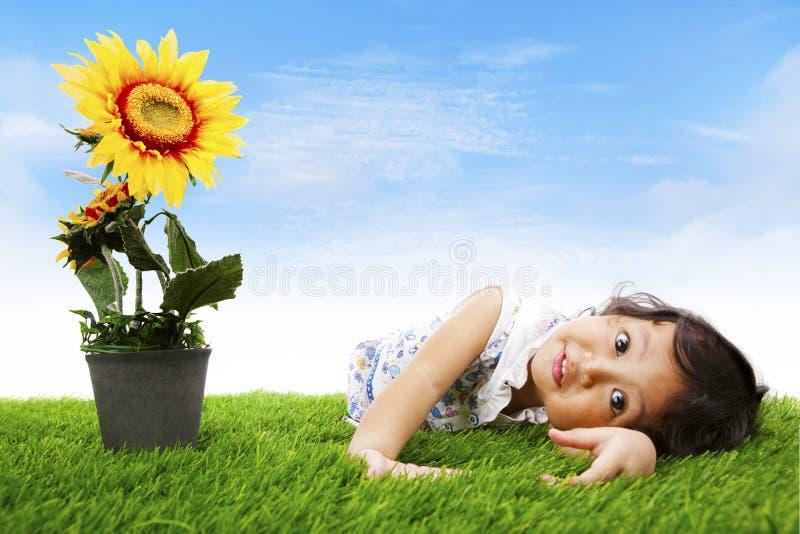 逗人喜爱的女孩向日葵 免版税库存照片