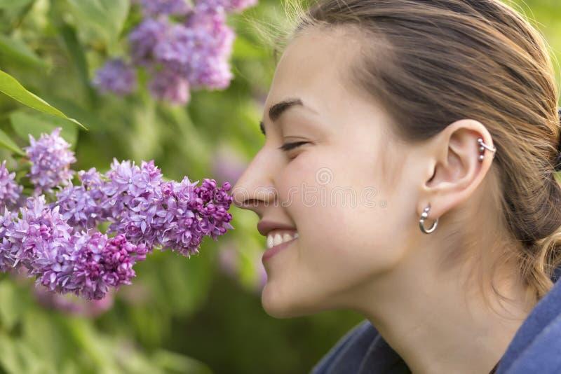 逗人喜爱的女孩嗅到的春天花 图库摄影