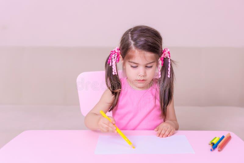 逗人喜爱的女孩图画画象与五颜六色的铅笔的 库存照片