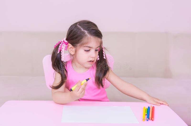 逗人喜爱的女孩图画画象与五颜六色的铅笔的 库存图片