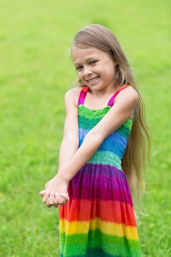 逗人喜爱的女孩在草坪的七年 免版税库存照片