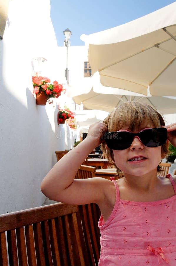 逗人喜爱的女孩太阳镜 免版税图库摄影