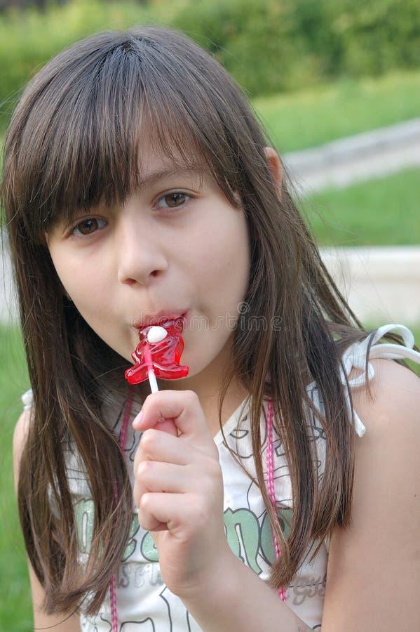 逗人喜爱的女孩少许棒棒糖 免版税库存照片