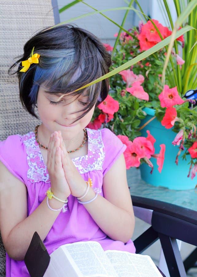 逗人喜爱的女孩少许祷告雅痞 免版税库存照片