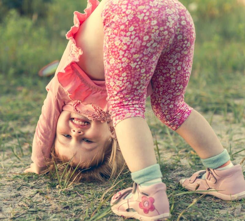 逗人喜爱的女孩少许草甸 免版税图库摄影
