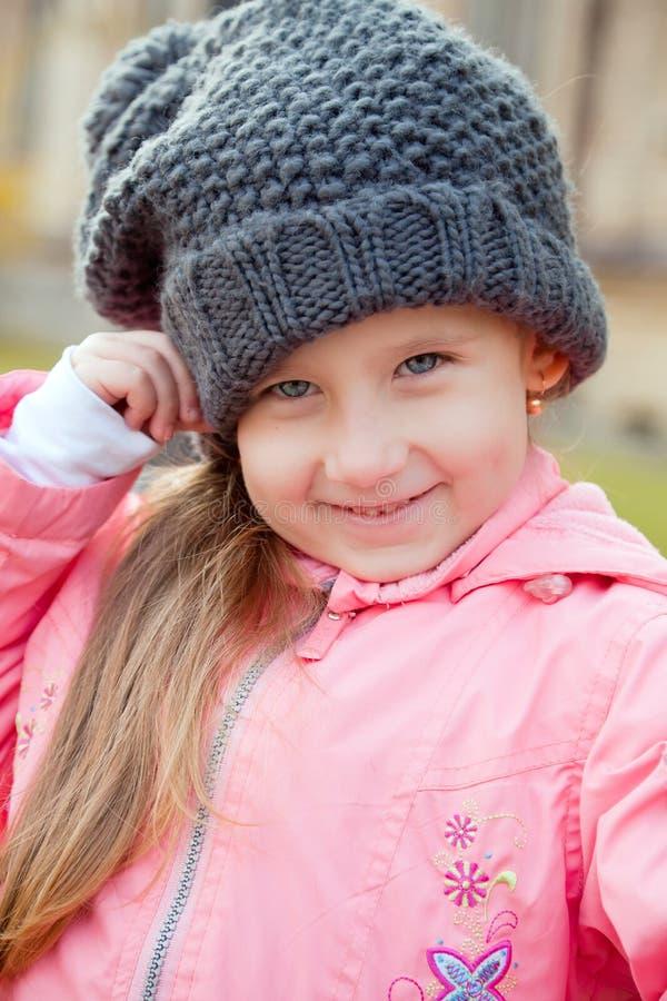 逗人喜爱的女孩微笑的一点 库存照片