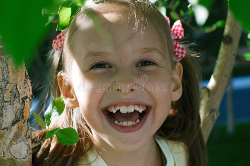 逗人喜爱的女孩微笑的一点 库存图片