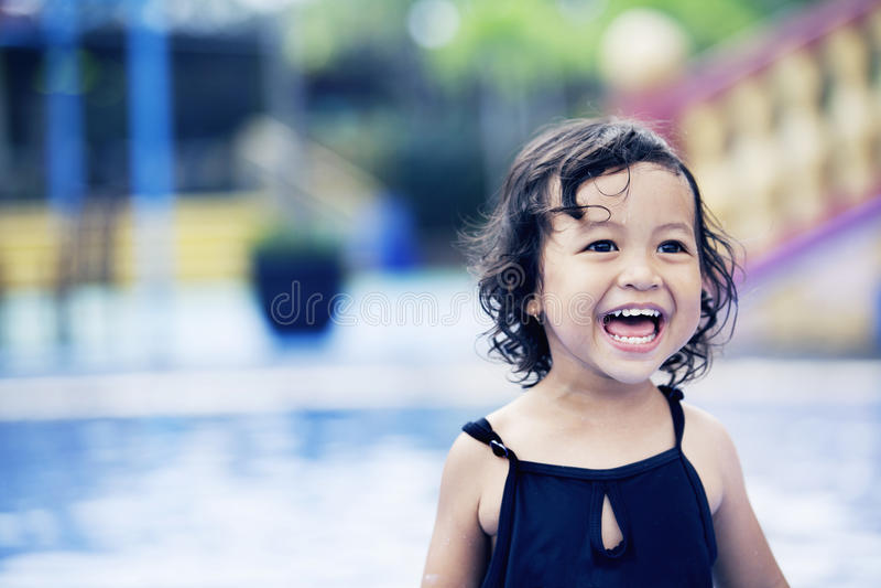 逗人喜爱的女孩愉快的池游泳 免版税库存图片