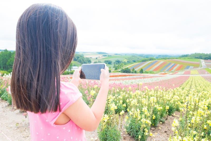 逗人喜爱的女孩拍照片 免版税库存图片