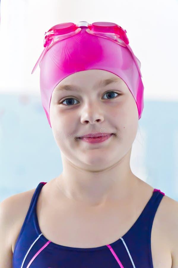 逗人喜爱的女孩池游泳 免版税库存图片