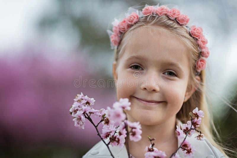 逗人喜爱的女孩画象有室外的金发的 防御cesky遗产krumlov季节春天查看世界 免版税库存图片
