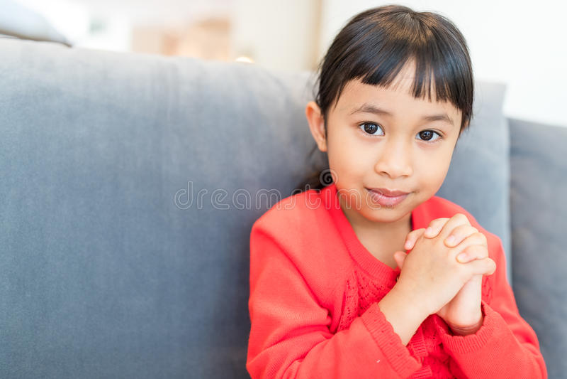 逗人喜爱的女孩祈祷 免版税库存照片