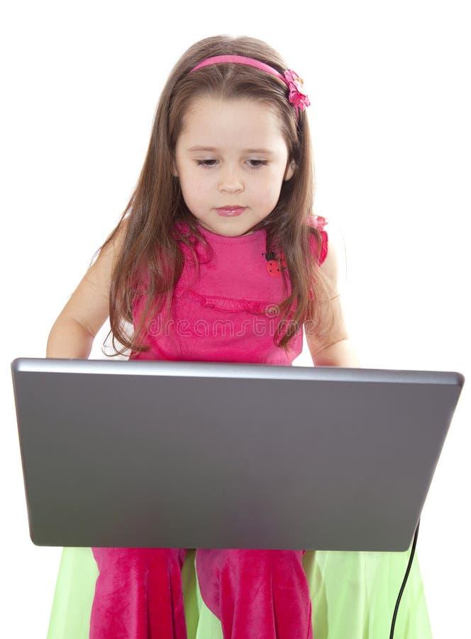 逗人喜爱的女孩膝上型计算机一点 库存照片