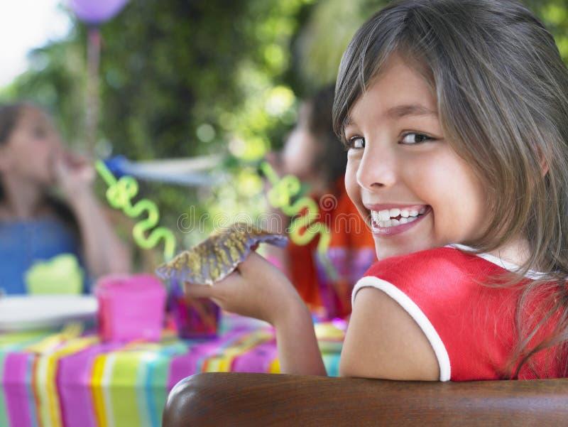 逗人喜爱的女孩画象生日聚会的 免版税库存照片