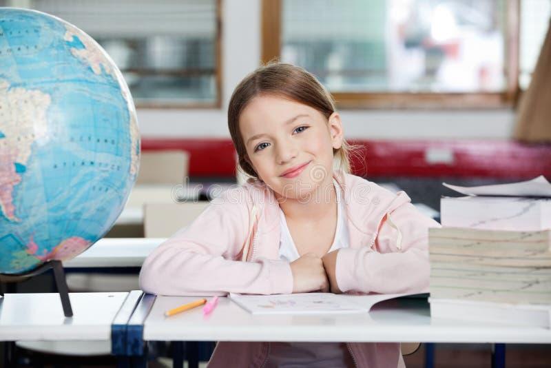 逗人喜爱的女小学生 免版税库存照片