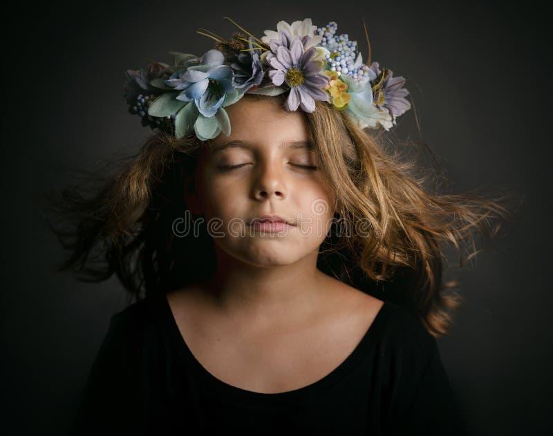 逗人喜爱的女花童一点花圈 免版税图库摄影
