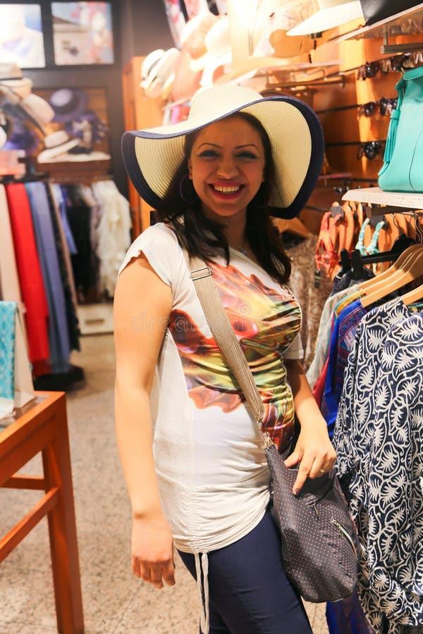 逗人喜爱的妇女做购物在购物中心在巴黎 库存照片