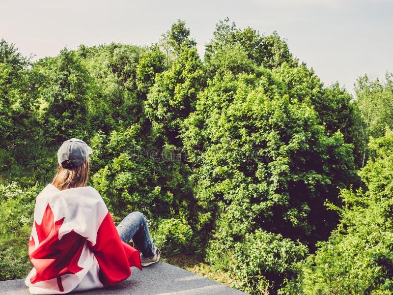 逗人喜爱的妇女和加拿大旗子 国庆节 免版税库存照片