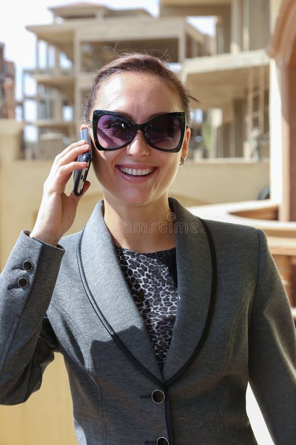 逗人喜爱的妇女-愉快的爱情电话 免版税图库摄影