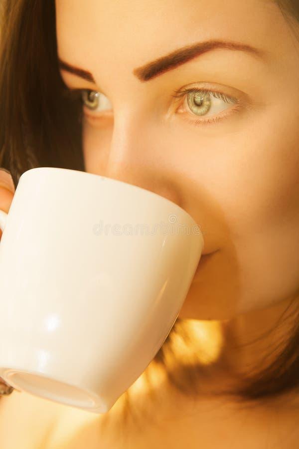 逗人喜爱的妇女画象有咖啡的 库存图片