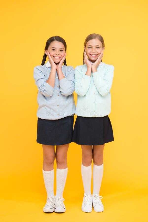 逗人喜爱的学校女孩同学 第一时代 妇女团体和友谊 快乐的心情概念 学校友谊 免版税库存图片
