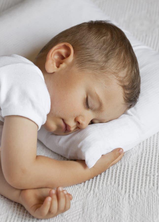 逗人喜爱的孩子睡觉 免版税库存照片