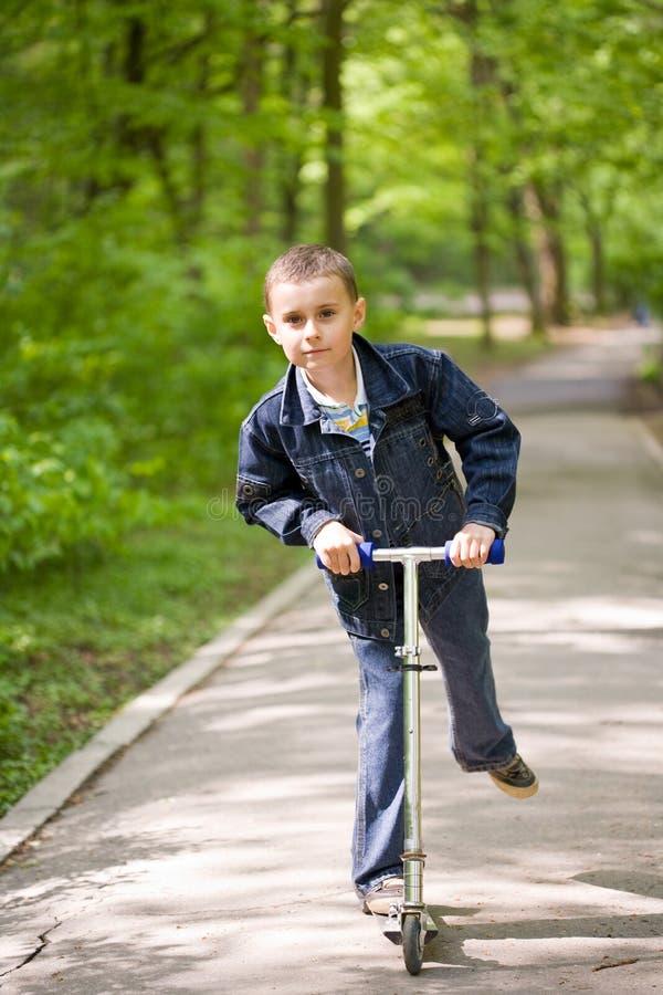 逗人喜爱的孩子滑行车 免版税库存照片