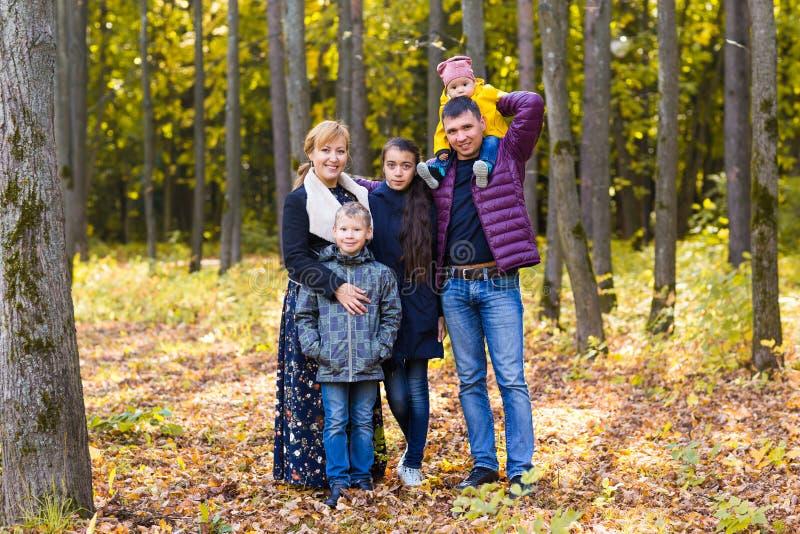 逗人喜爱的家庭在秋天的一个公园 库存照片