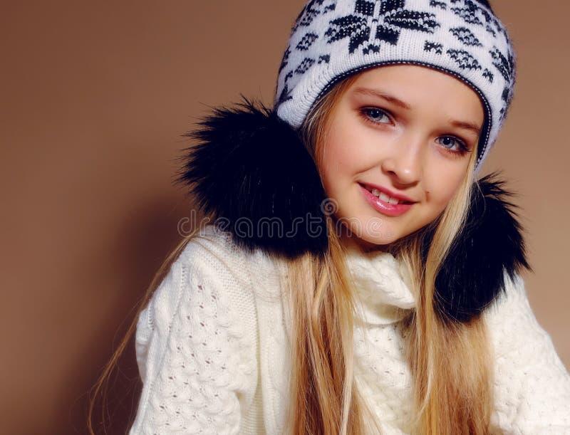 逗人喜爱的小女孩冬天照片有长的金发的 免版税库存图片