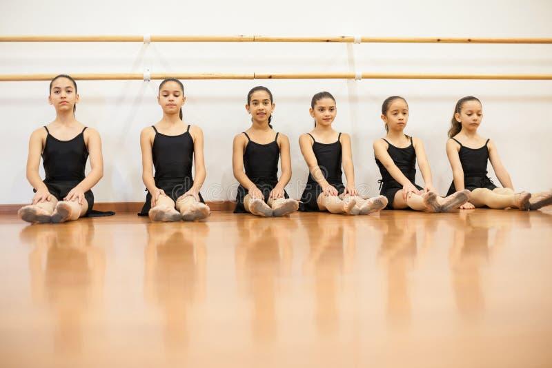 逗人喜爱的小女孩准备好他们的舞蹈课 图库摄影