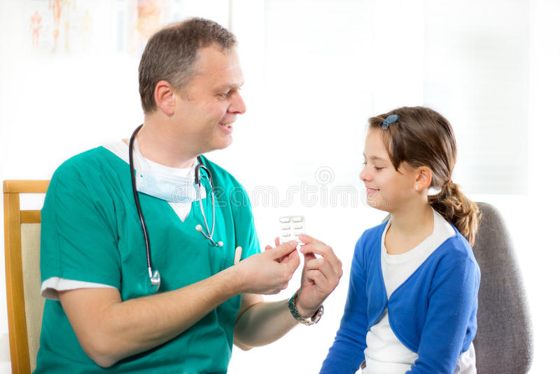逗人喜爱的小女孩参观的儿科医生和采取医学 免版税库存图片