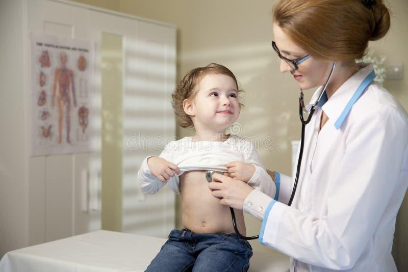逗人喜爱的小女孩和医生 库存图片