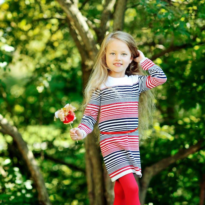逗人喜爱的小女孩在夏天公园 免版税库存图片