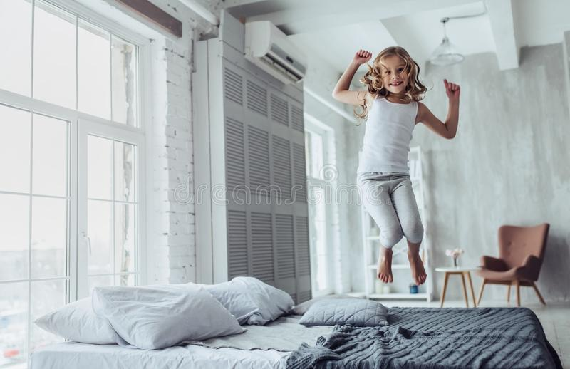 逗人喜爱的小女孩在家 免版税库存照片