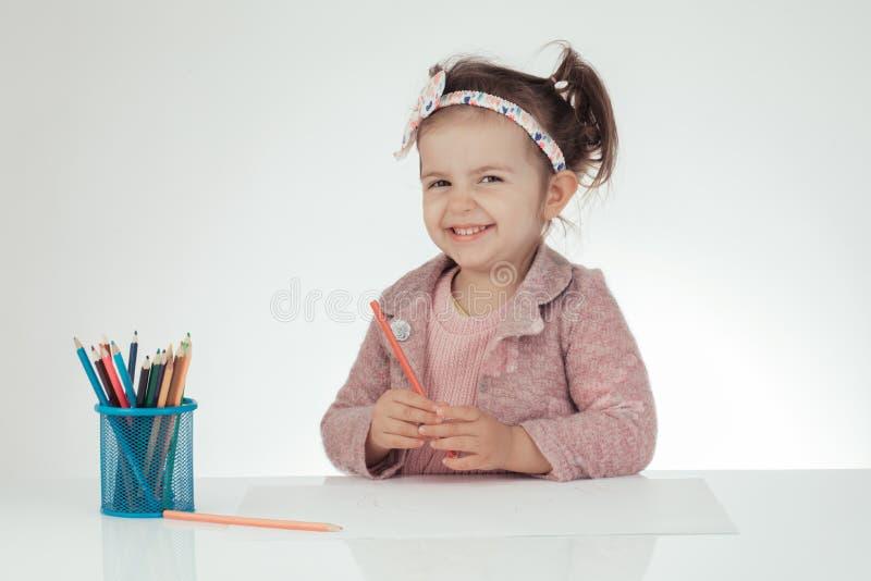 逗人喜爱的小女孩学会画 教育 学校 montessori 免版税库存图片