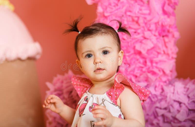 逗人喜爱的小女孩庆祝她的第一个生日 库存图片