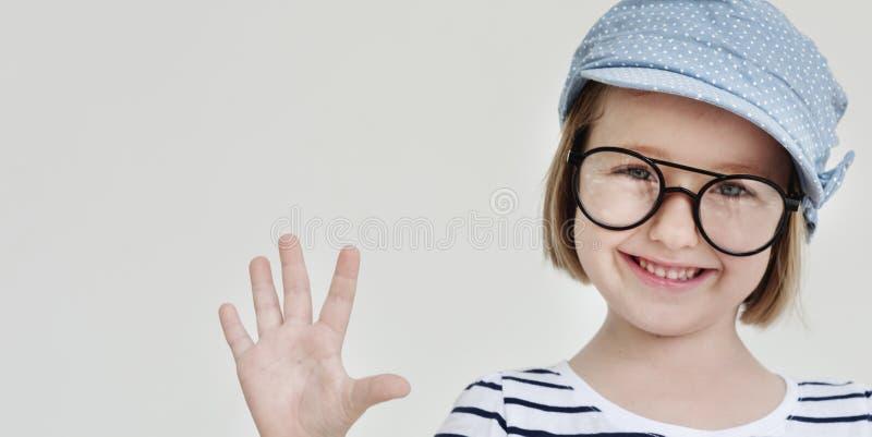 逗人喜爱的小女孩微笑的乐趣幸福减速火箭的概念 免版税库存照片