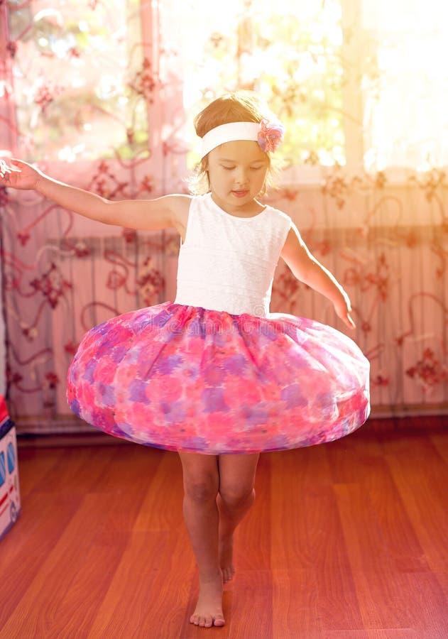 逗人喜爱的小女孩梦想成为芭蕾舞女演员 库存图片