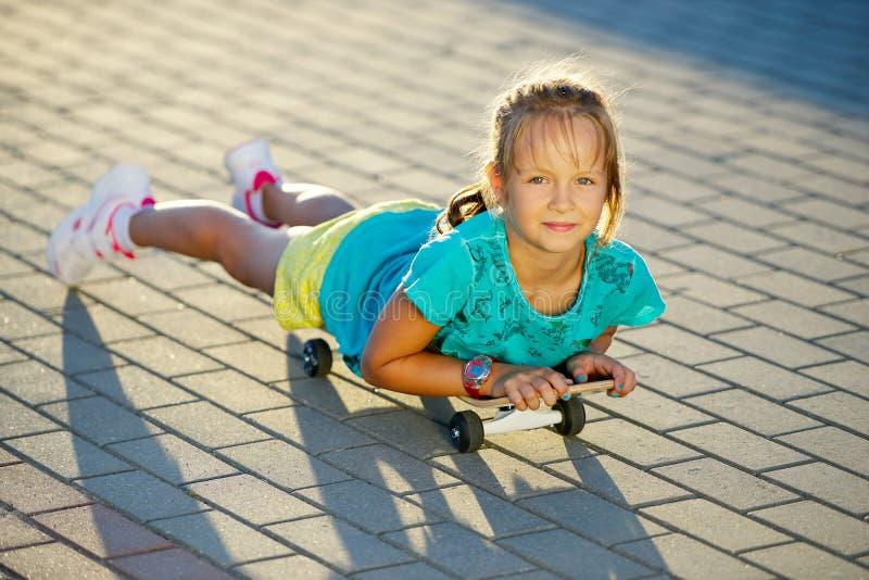 逗人喜爱的小女孩照片有滑板的 图库摄影