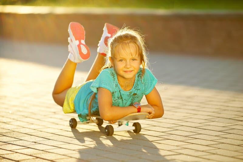 逗人喜爱的小女孩照片有滑板的 库存照片