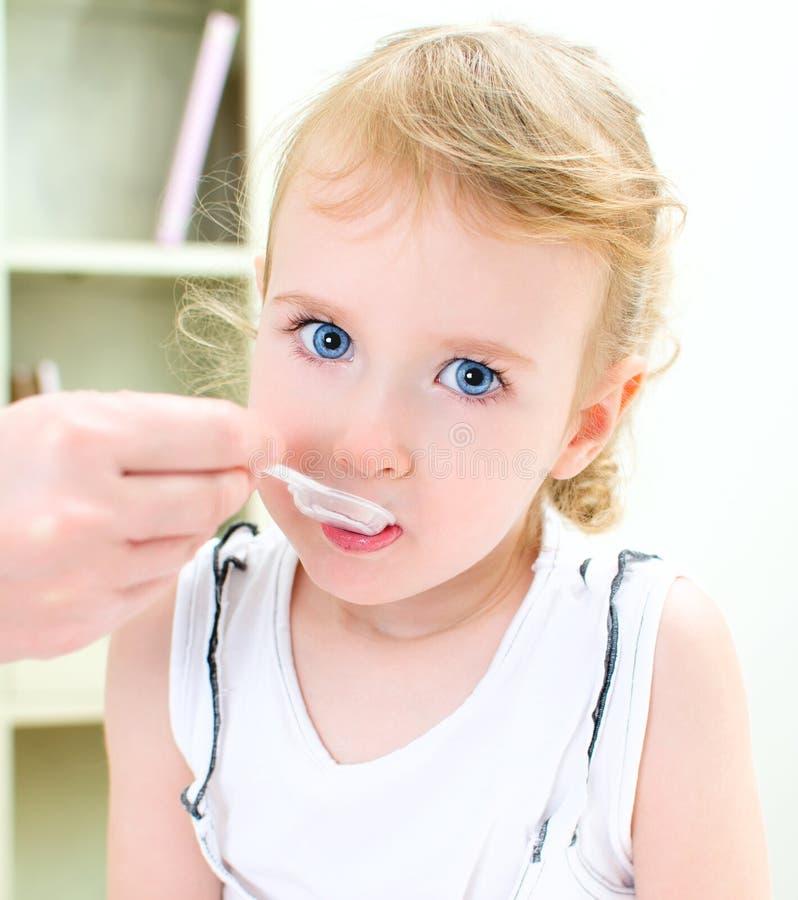 逗人喜爱的小女孩访问的儿科医生 免版税库存照片